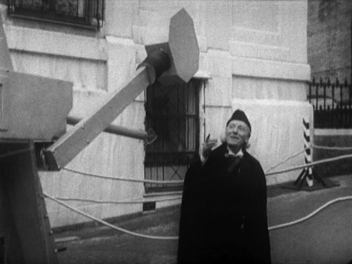 The First Doctor Tut-Tuts a War Machine